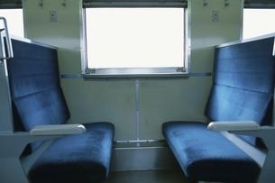 向かい合う電車の座席の写真素材 [FYI03862475]