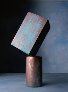 パランスを保つ円筒と立方体の写真素材 [FYI03862514]