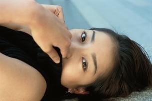 寝転ぶ日本人女性の写真素材 [FYI03862621]