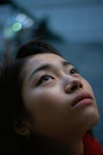 見上げる日本人女性の写真素材 [FYI03862624]