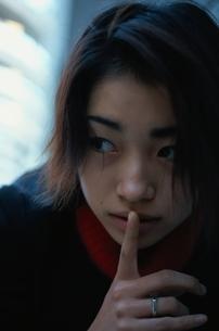 静かにする日本人女性の写真素材 [FYI03862626]