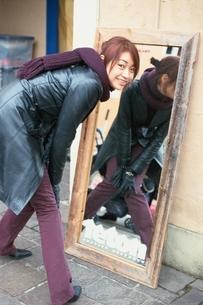 振り向く日本人女性の写真素材 [FYI03862627]