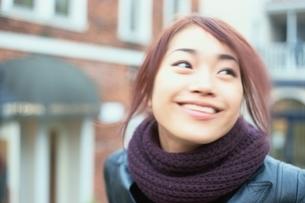 マフラーをして笑う日本人女性の写真素材 [FYI03862628]