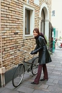 自転車を引く日本人女性の写真素材 [FYI03862630]