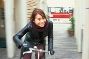 自転車に乗る日本人女性の写真素材 [FYI03862631]