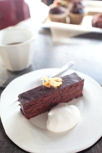 ホームメイドチョコレートサンドケーキの写真素材 [FYI03862652]