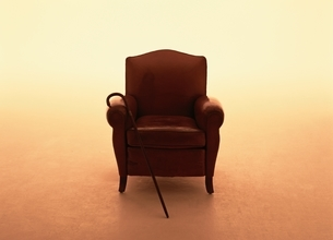 ソファーに掛けた杖の写真素材 [FYI03862755]