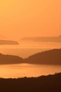 下津井から望む塩飽諸島の夕日 瀬戸内海の写真素材 [FYI03863073]