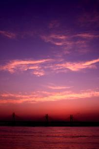 朝焼けに染まる瀬戸大橋の写真素材 [FYI03863079]