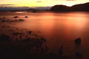 夕焼けに染まる牛窓湾 瀬戸内海の写真素材 [FYI03863082]