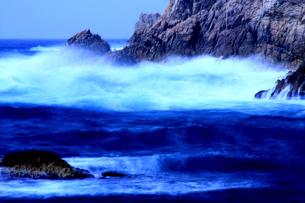 浦富海岸 冬の波と海の写真素材 [FYI03863110]