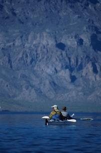 カヌーを漕ぐ男性の写真素材 [FYI03863183]