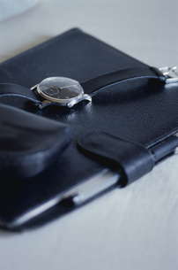 手帳に置かれた腕時計の写真素材 [FYI03863217]