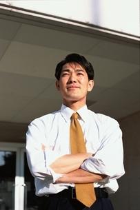 腕組みをしている日本人男性の写真素材 [FYI03863266]