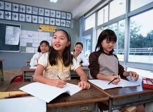 授業中の女子小学生4人の写真素材 [FYI03863278]