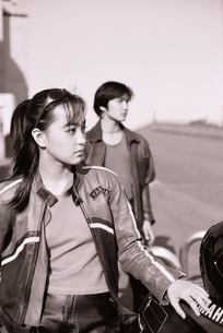 バイクの横に立つ日本人カップルの写真素材 [FYI03863296]