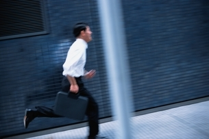 走っているビジネスマンの写真素材 [FYI03863365]