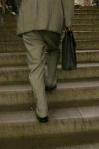 階段を上るビジネスマンの写真素材 [FYI03863496]