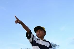 指差す日本人の少年の写真素材 [FYI03863556]