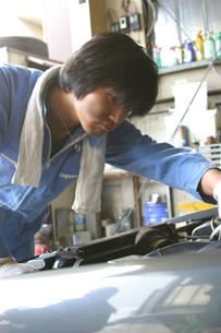 自動車整備工の日本人男性の写真素材 [FYI03863568]