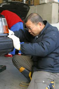 自動車整備工の日本人男性の写真素材 [FYI03863576]