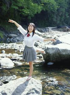 川で裸足で踊る日本人の女子学生 道志川 神奈川県の写真素材 [FYI03863609]