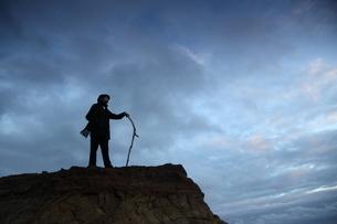 崖の上の立ちポーズをとる男性の写真素材 [FYI03863929]