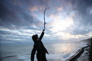 崖の上の立ちポーズをとる男性の写真素材 [FYI03863936]