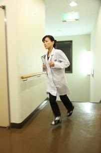 廊下を走る日本人女医の写真素材 [FYI03863946]