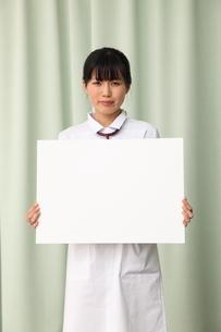 メッセージボードを持つ女性看護師の写真素材 [FYI03863949]