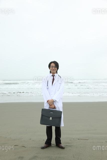 海辺に立つ日本人青年医師の写真素材 [FYI03863951]