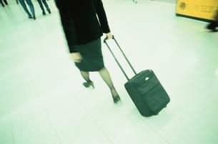 スーツケースをひくビジネスウーマンの後姿の写真素材 [FYI03864007]