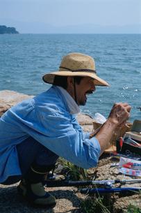 釣りをする熟年男性の写真素材 [FYI03864123]