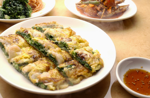 韓国料理のニラのチヂミの写真素材 [FYI03864258]