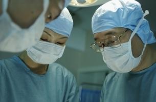 手術着を着た医師の写真素材 [FYI03864461]