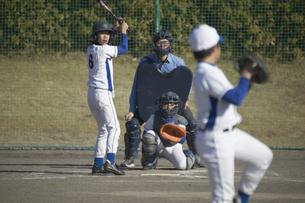 投球に構えるバッターの写真素材 [FYI03865978]