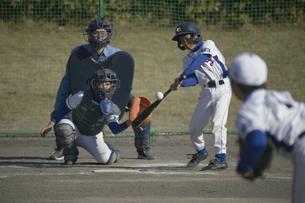 ボールを打とうとするバッターの写真素材 [FYI03865979]