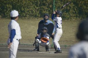 投球に構えるバッターの写真素材 [FYI03865981]