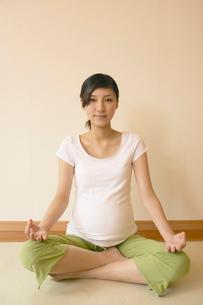 マタニティヨガをする妊婦の写真素材 [FYI03866672]