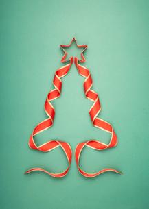 リボンのクリスマスツリーの写真素材 [FYI03867139]