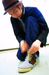 靴紐を結ぶ男性の写真素材 [FYI03867642]