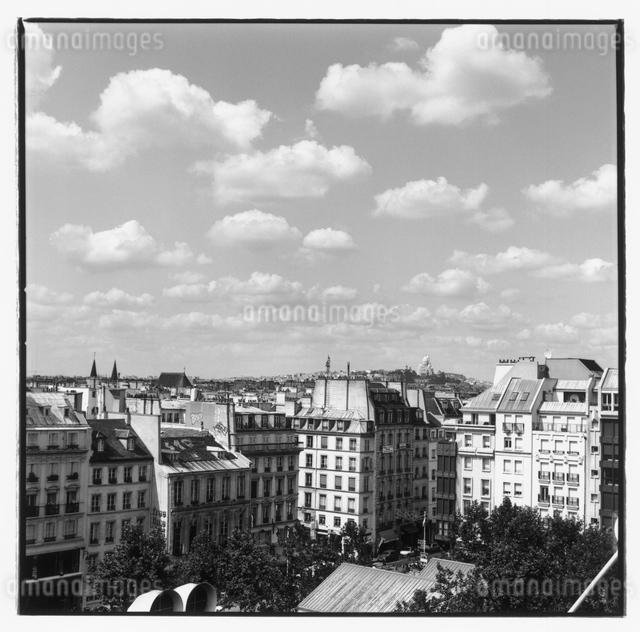 市街の建物の風景 B/W パリ フランスの写真素材 [FYI03867665]