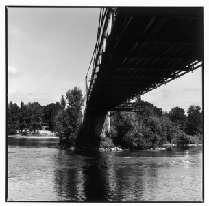 ロワール河の橋の下 トゥール フランスの写真素材 [FYI03867668]