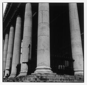 建物の円柱の柱 B/W ロンドン イギリスの写真素材 [FYI03867670]