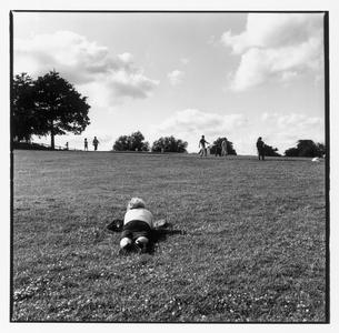 公園の芝生で寝そべる人 B/W ロンドン イギリスの写真素材 [FYI03867671]