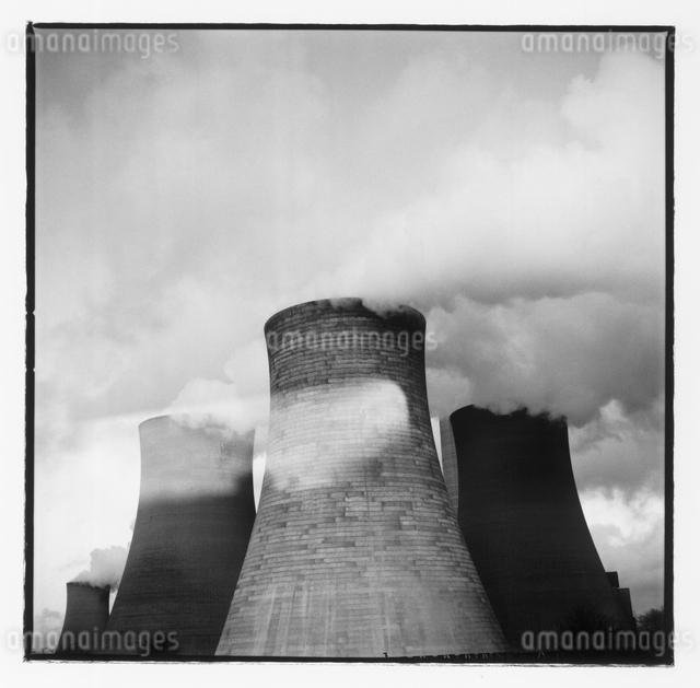 工場から出る煙 B/W イギリスの写真素材 [FYI03867672]