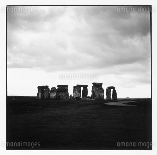ストーンヘンジの風景 B/W イギリスの写真素材 [FYI03867673]