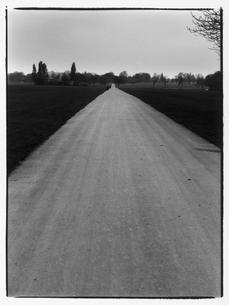 真っ直ぐに伸びた道の風景 B/W ロンドン イギリスの写真素材 [FYI03867693]