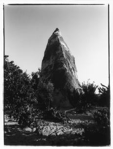 木の間にある岩山 B/W トルコの写真素材 [FYI03867695]