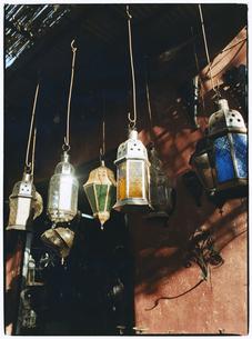 店先に吊るされたランタン マラケッシュ モロッコの写真素材 [FYI03867703]